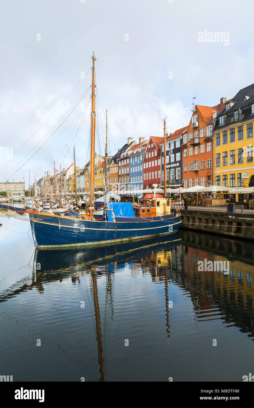 Moored sailboats and colourful 17th century town houses on Nyhavn canal, Copenhagen, Denmark - Stock Image
