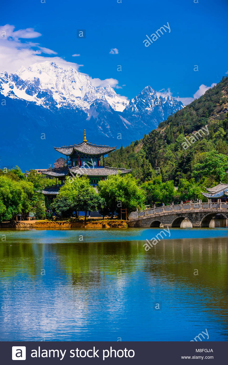 The idyllic Black Dragon Pool with the Deyue Pavilion  at the center and the  18,360 foot Jade Dragon Snow Mountain - Stock Image