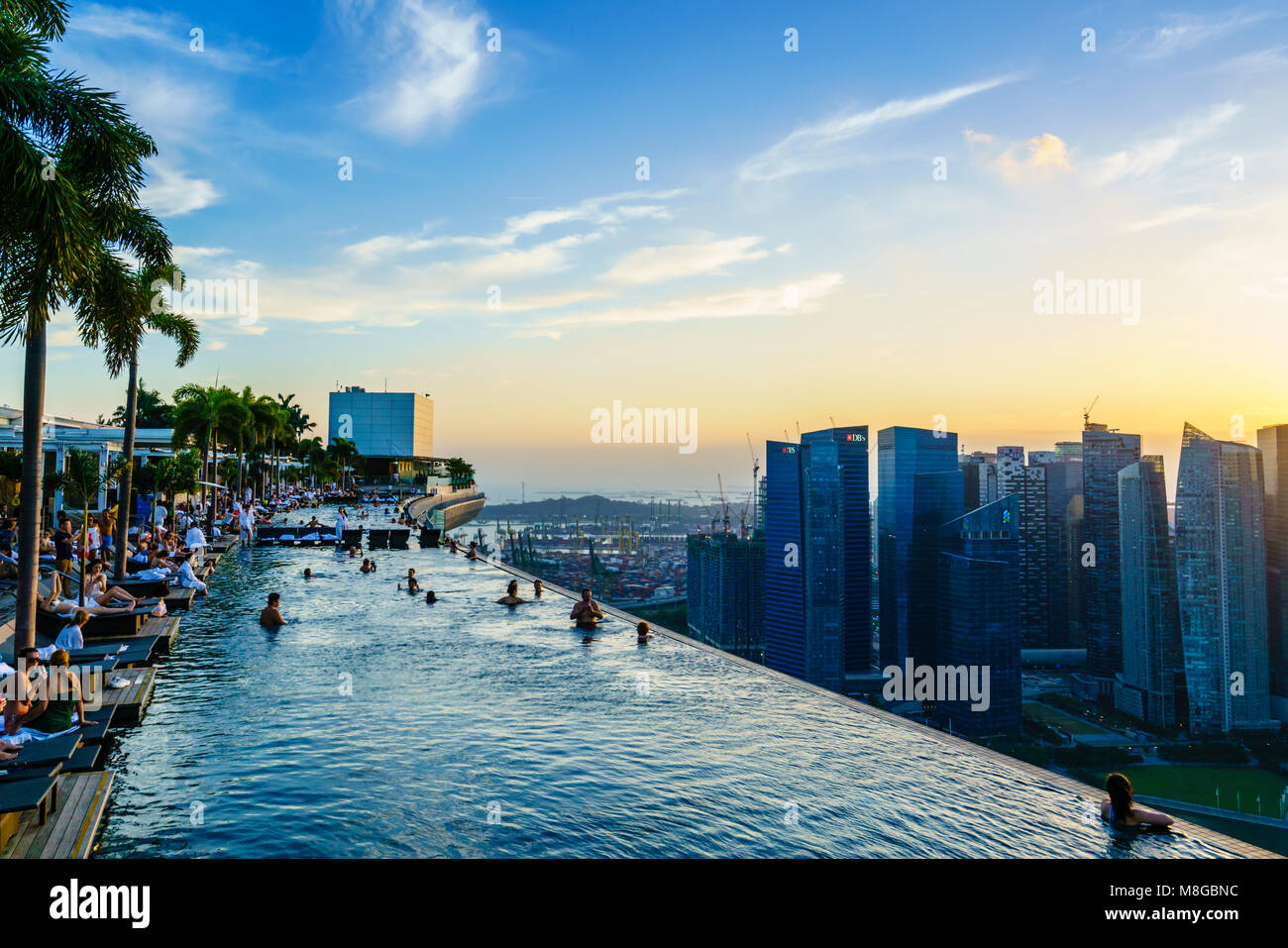 Hotel rooftop pool stock photos hotel rooftop pool stock images alamy - Singapore hotel piscina ...