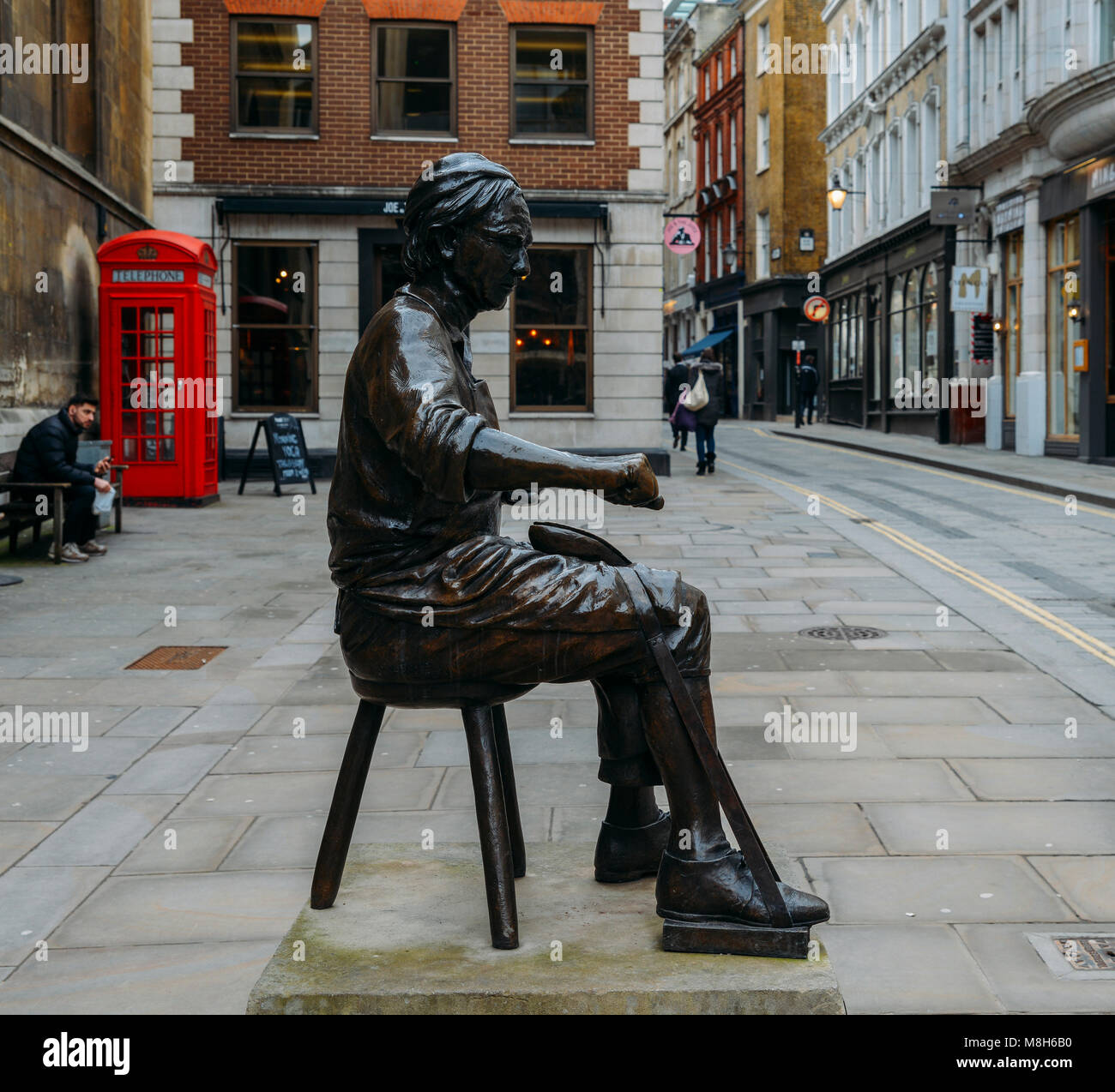 Cordwainer statue erected in 2002 is situated on the pavement in Watling Street - Stock Image