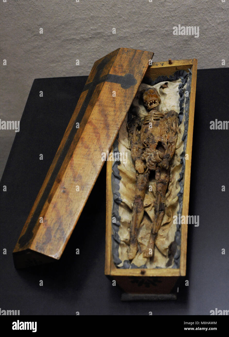 Memento mori in the form of a small coffin. Southern Germany (?), 18th century. Wax figure on silk in a wooden coffin. - Stock Image