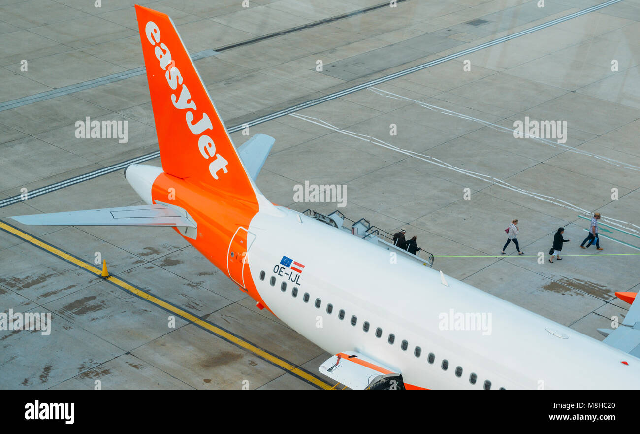 London Gatwick, March 15th, 2018: Passengers disembark from an easyJet airplane at London Gatwick Airport's - Stock Image