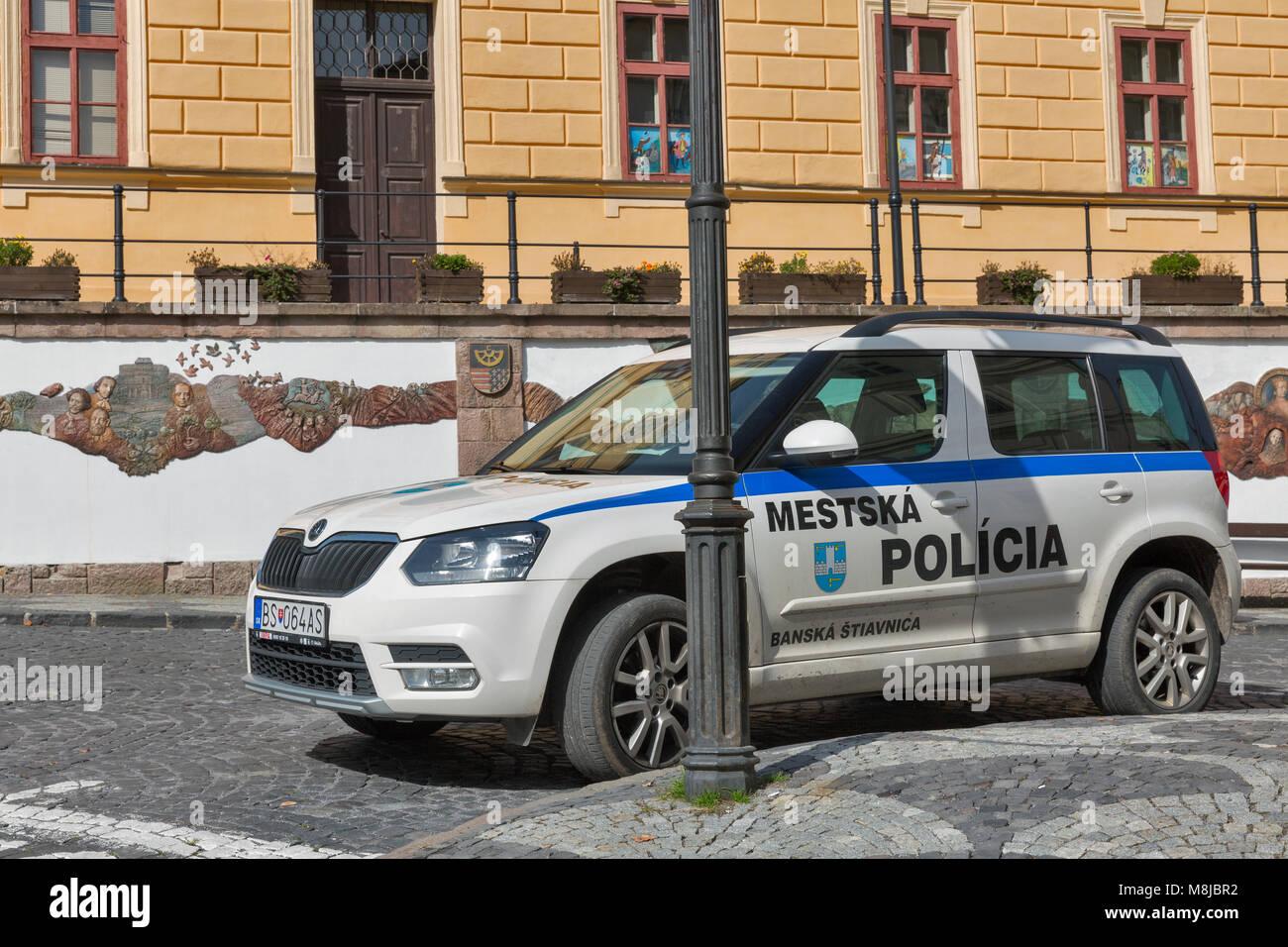 Skoda au service de la police - Page 7 Banska-stiavnica-slovakia-september-27-2017-municipal-police-car-parked-M8JBR2