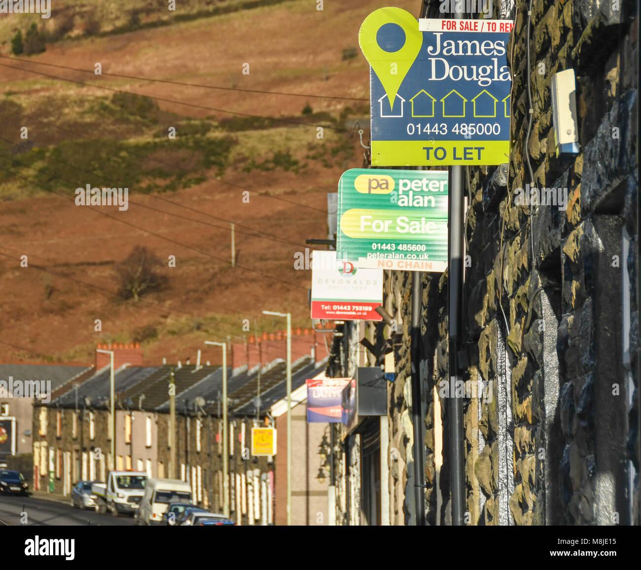 In Abercynon Rhondda Cynon Taf: Terraced Houses Rhondda Stock Photos & Terraced Houses