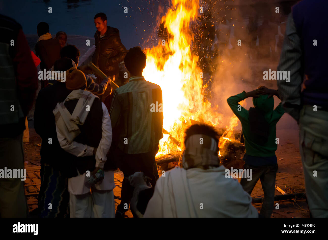 VARANASI, INDIA. February 28, 2017: People look at the funeral pyre that night. The ceremony of the cremation of - Stock Image