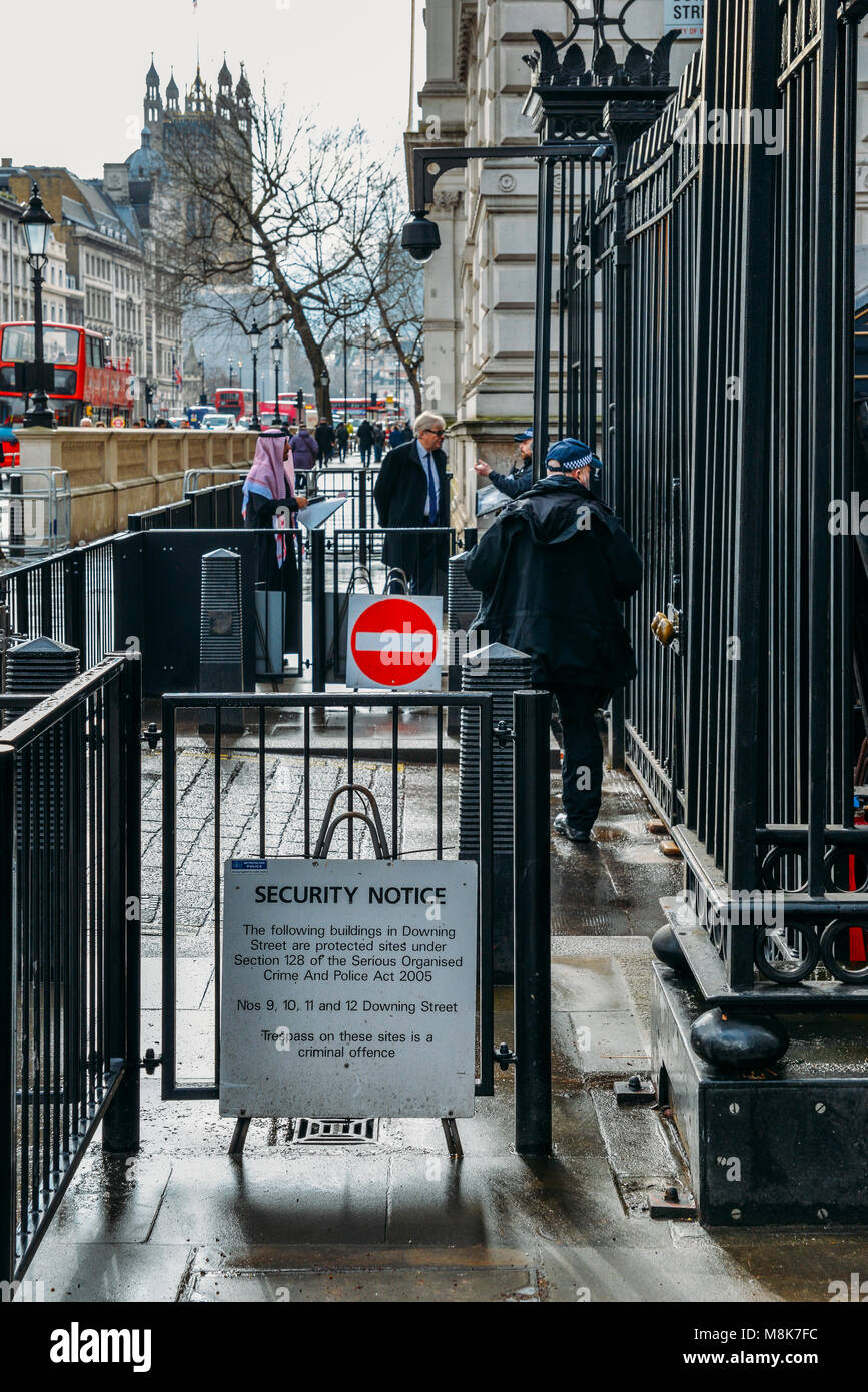 Security Notice and police officers outside 10 Downing Sreet, London, England, UK. This is the official residence - Stock Image
