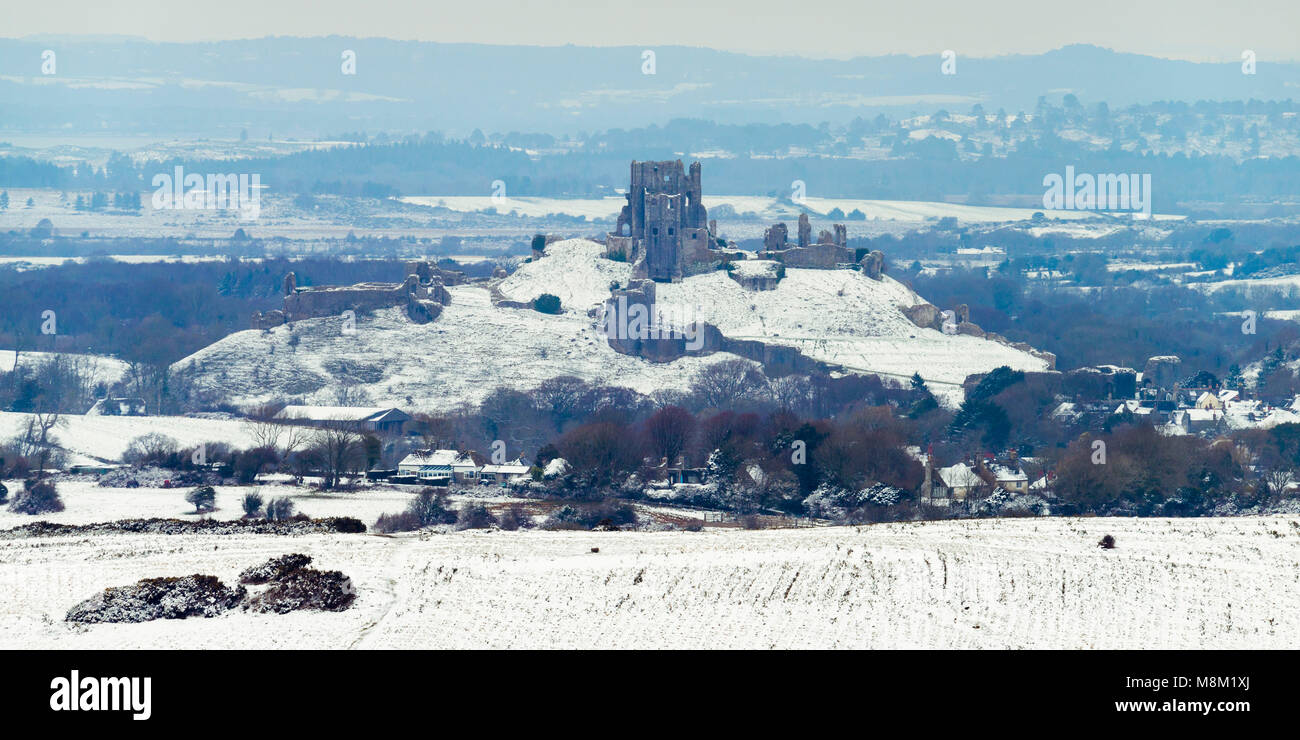 Corfe Castle, Dorset, UK.  18th March 2018.  UK Weather.  A view of the ruin of Corfe Castle in Dorset with the - Stock Image
