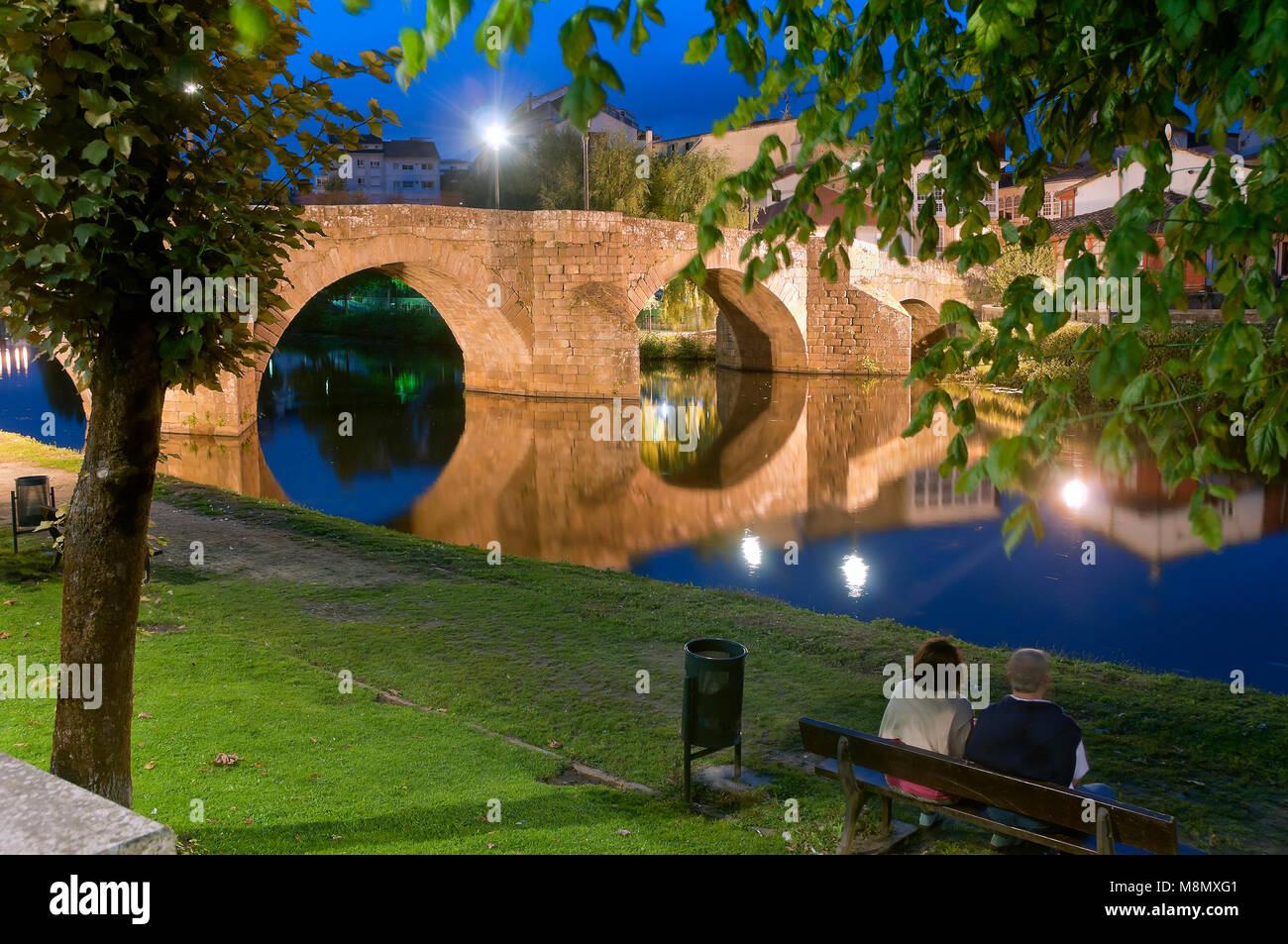 Cabe river and Ponte Vella at night, Monforte de Lemos, Lugo province, Region of Galicia, Spain, Europe - Stock Image