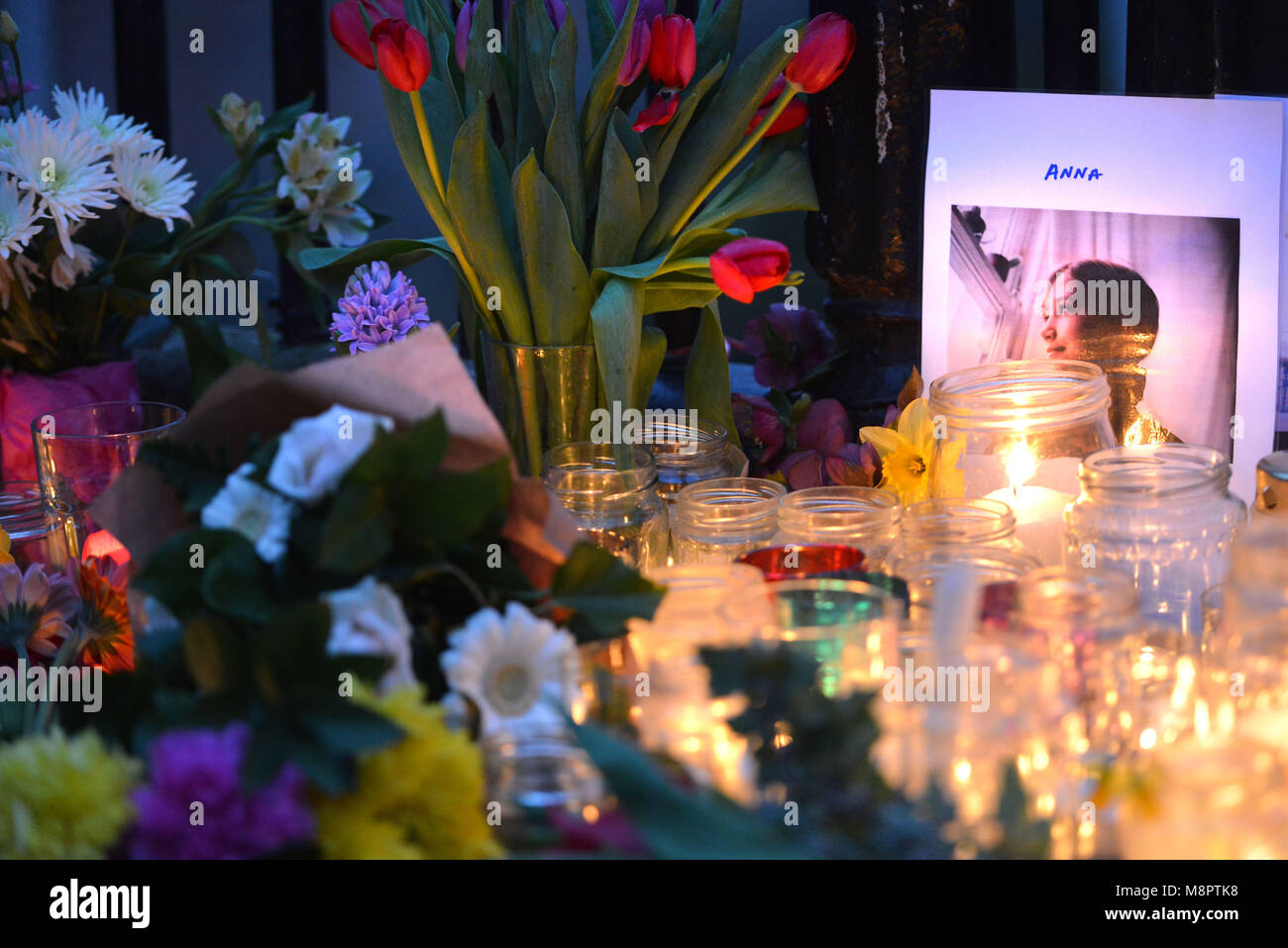 Lewes, UK. 19th Mar, 2018. Candle lit vigil for Anna Campbell, killed fighting with Kurdish YPJ unit, in her home - Stock Image