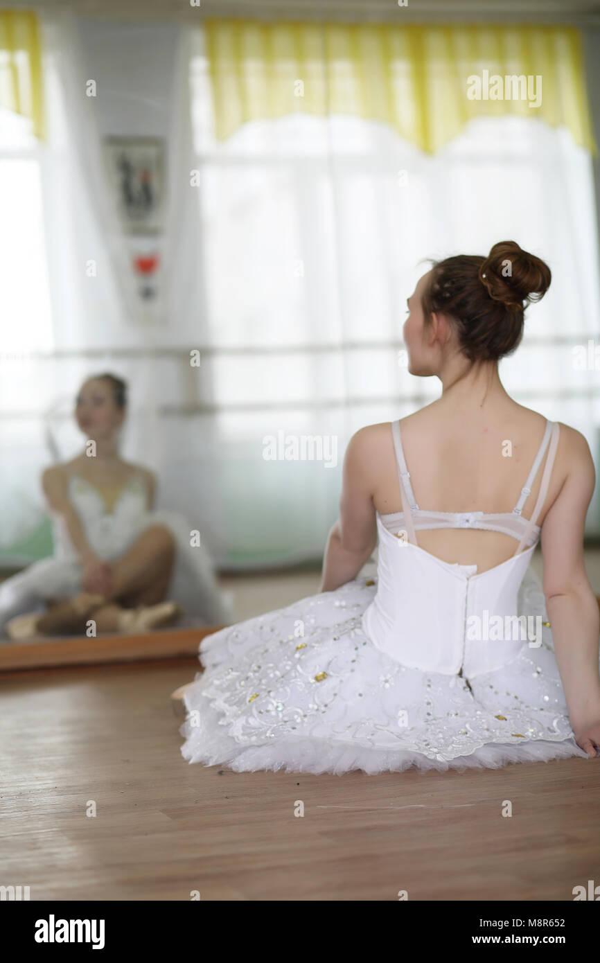 Pretty girl ballet dancer practicing - Stock Image