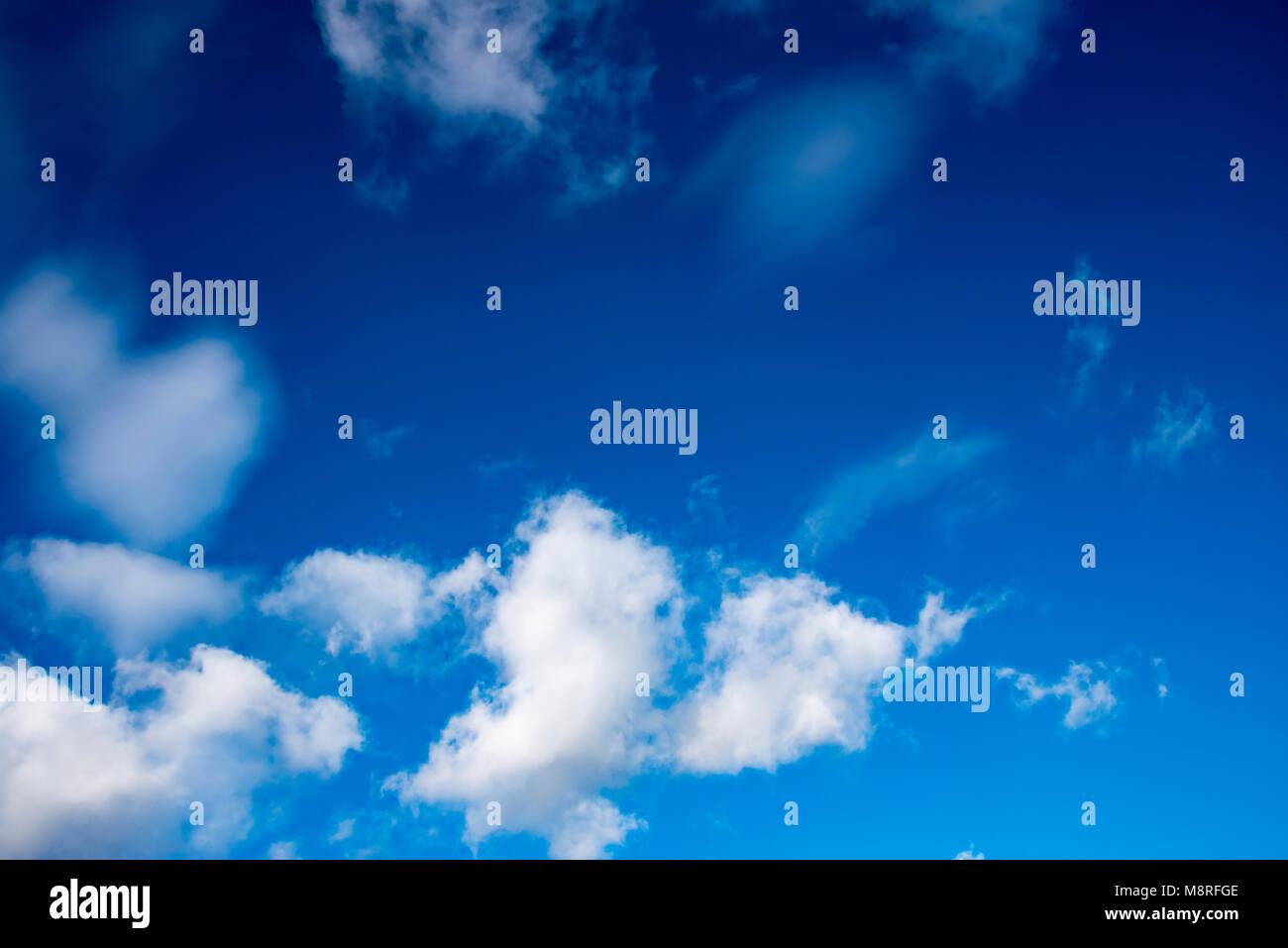UK, WELWYN - OCTOBER 2017: Deep Blue Skies & fluffy clouds - Stock Image