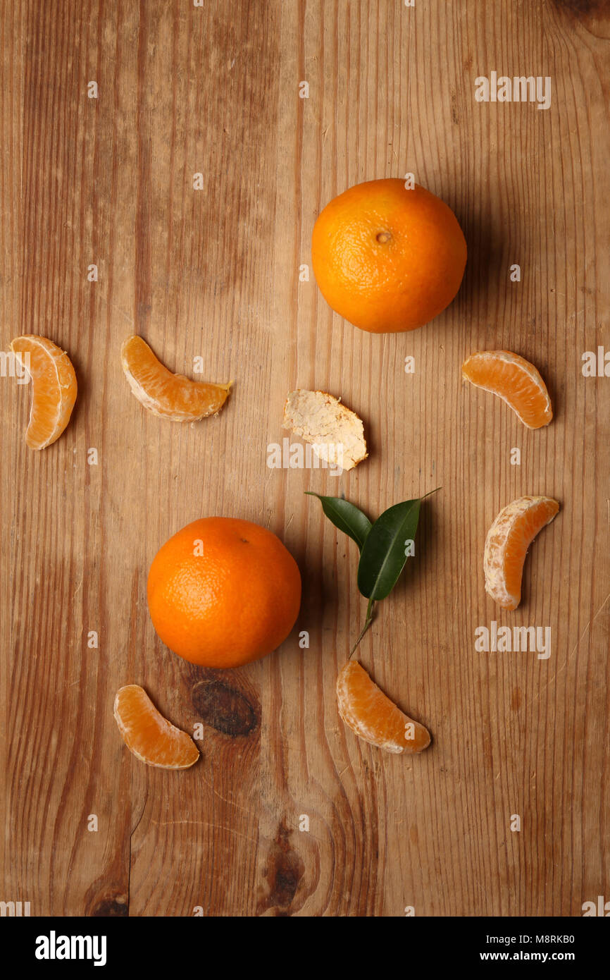Overhead view of oranges on wooden table - Stock Image