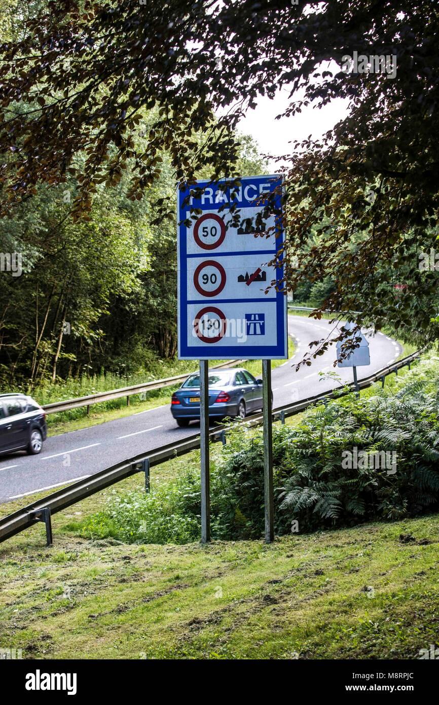 Die sogenannte Grüne Grenze in einem Waldstück der Ardennen in Belgien. Hier kann der Verkehr über - Stock Image