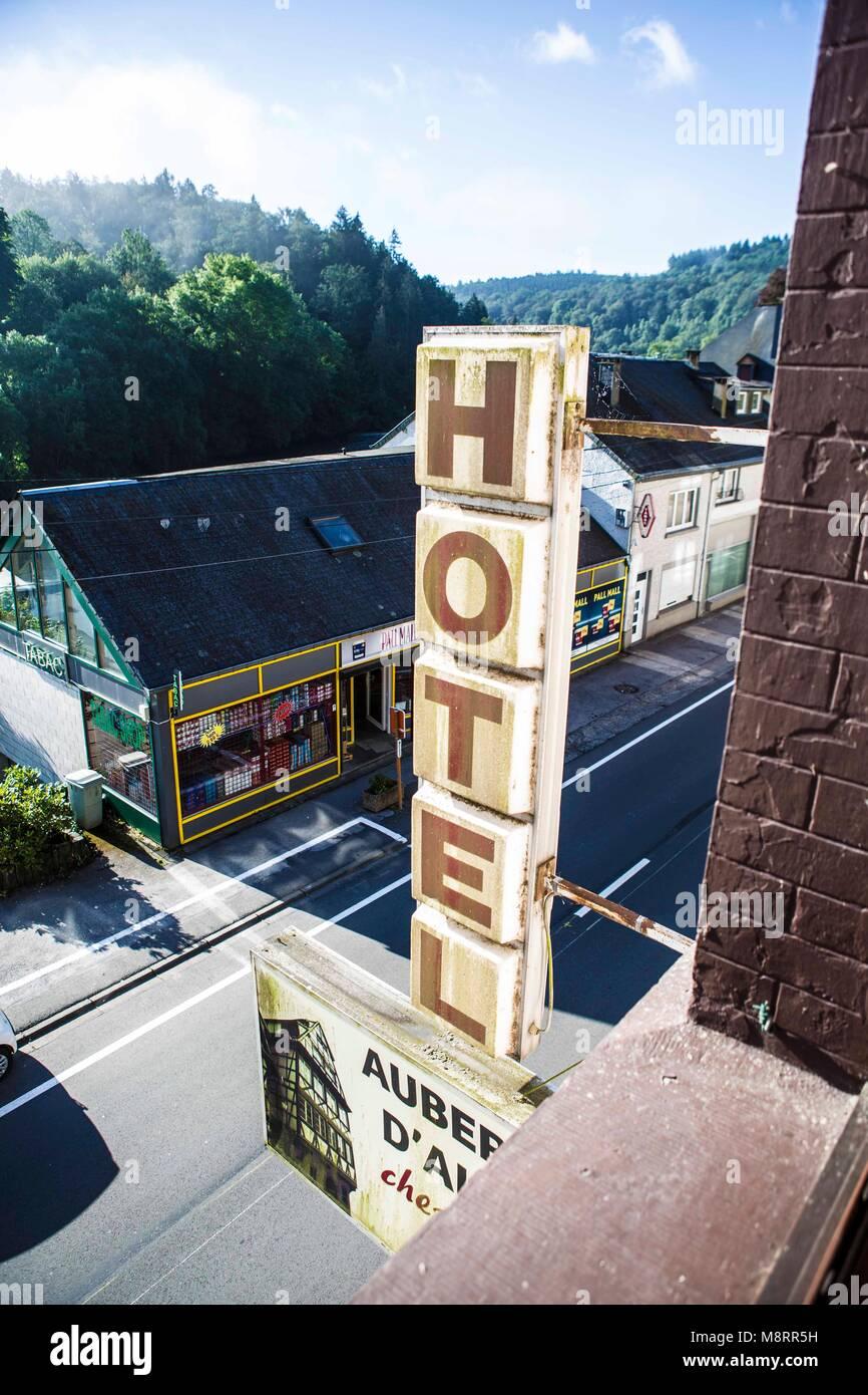 Ein altmodisch wirkendes, verwittertes und verschmutztes Leuchtreklame-Schild mit der Aufschrift Hotel, betrachtet - Stock Image