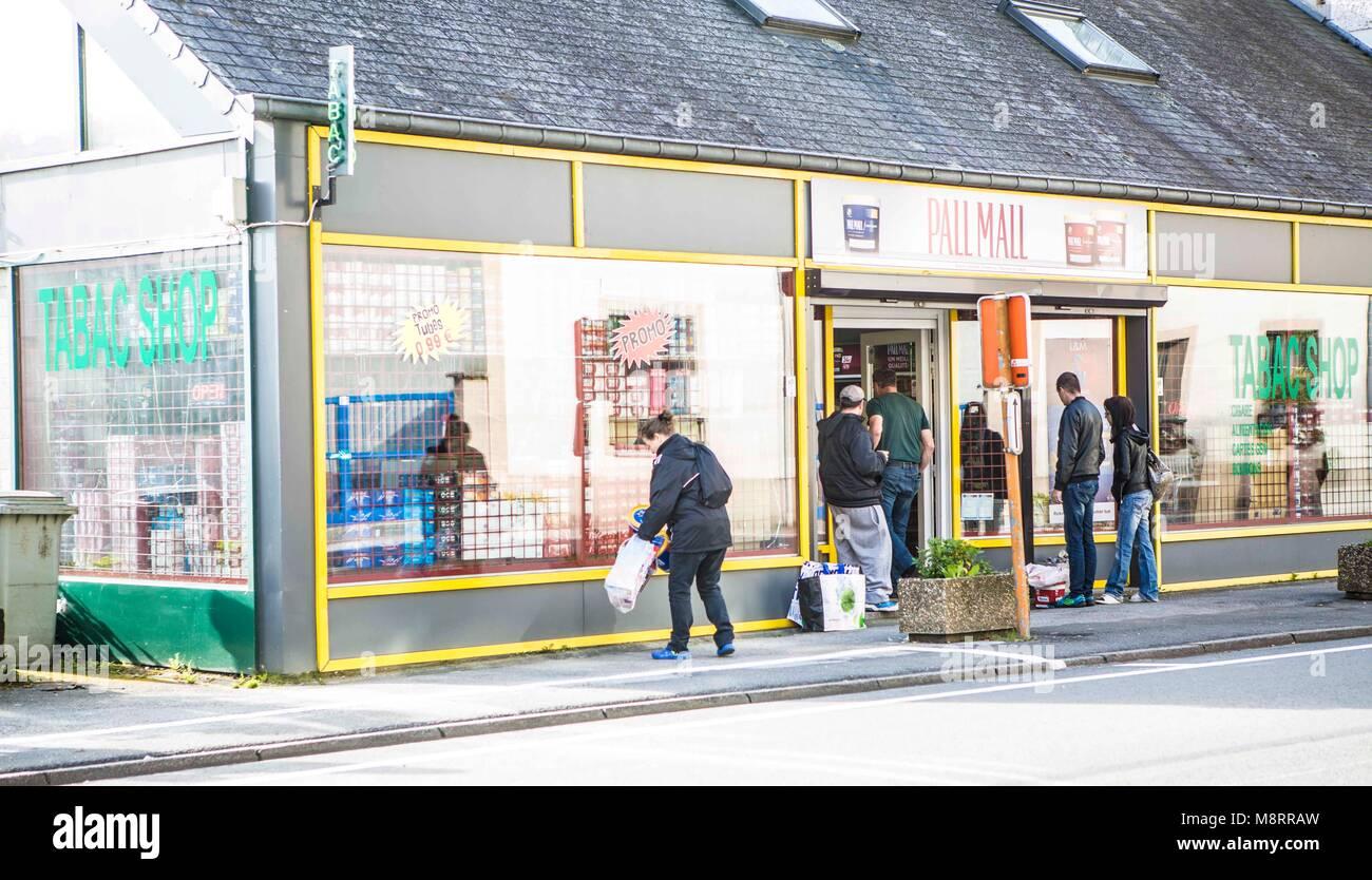 Schon morgens um 8 Uhr ist an diesem Samstag im Tabakladen der belgischen Kleinstadt Bouillon hektische Betriebsamkeit. - Stock Image
