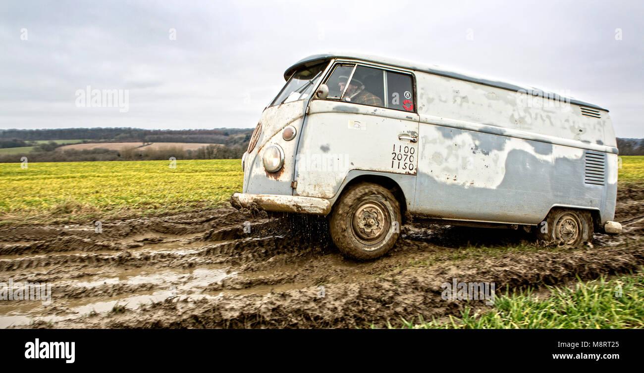 Mit historischen VW-Bussen vom Typ T1 (Baujahre 1950 bis 1967) ist eine Gruppe von Bulli-Freunden unterwegs im Gelände. Stock Photo