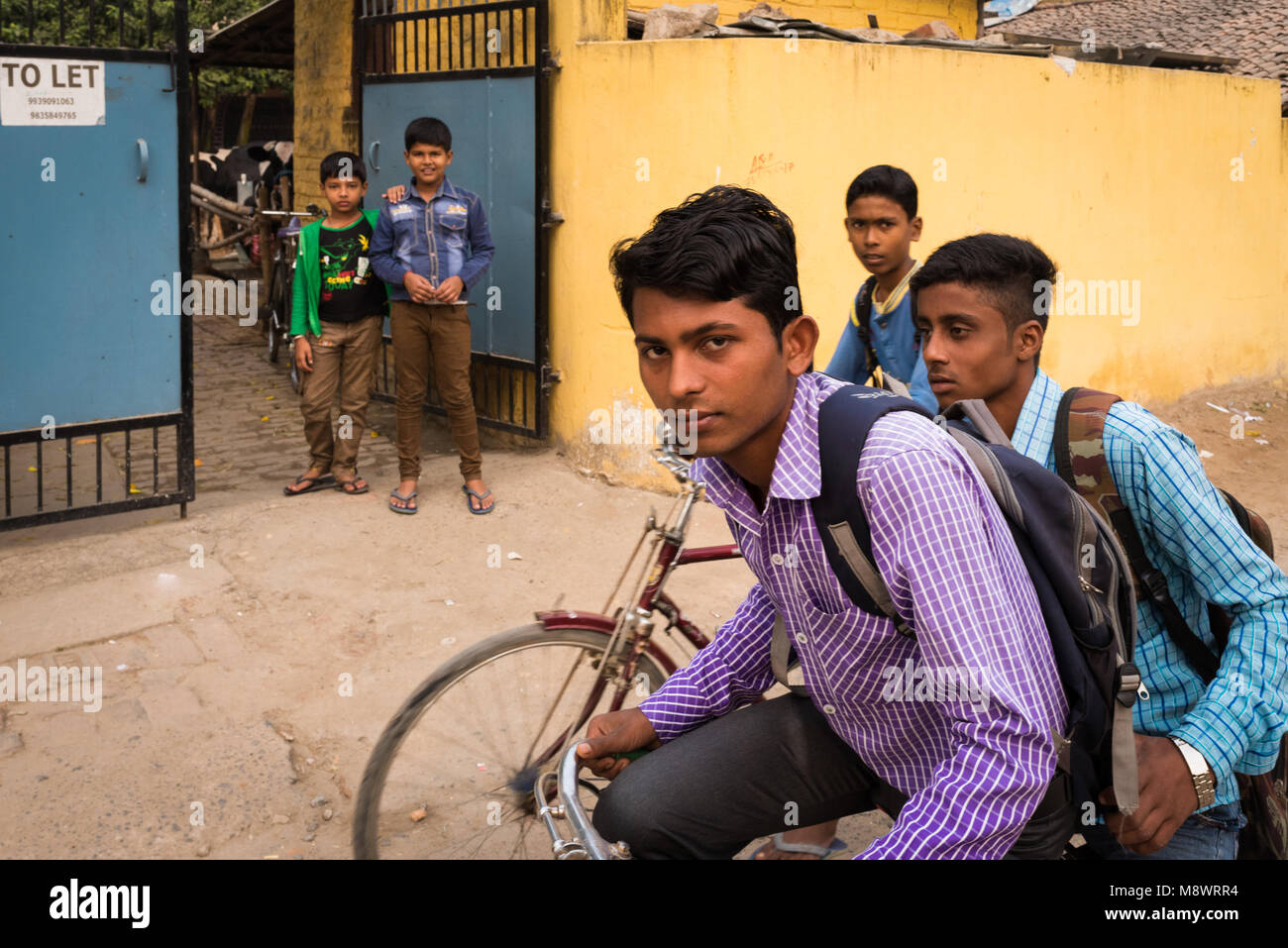 Students riding their bicycles to school, Hajipur, India. - Stock Image