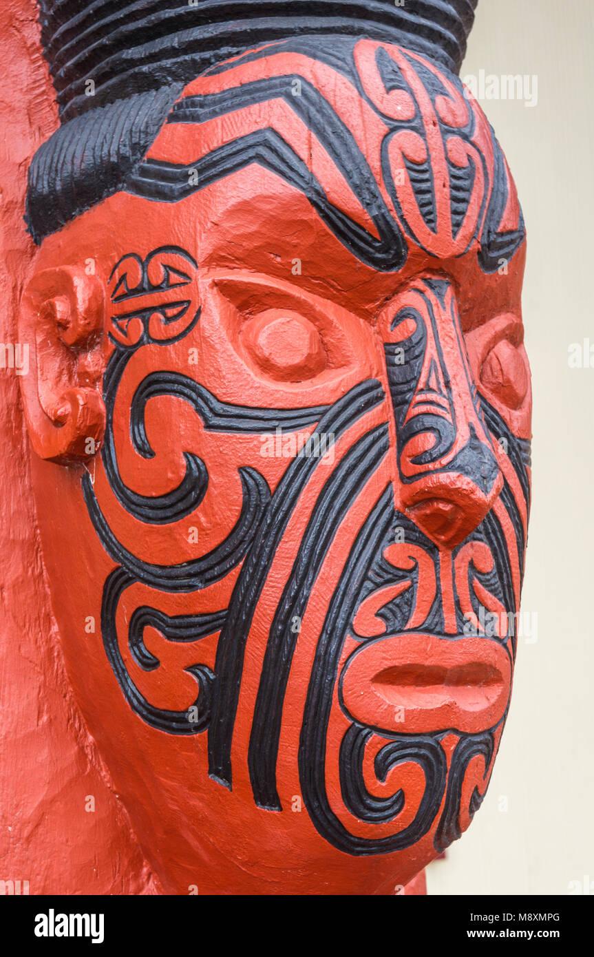 new zealand rotorua new zealand whakarewarewa maori carving facial tattoos maori tattoo face the meeting house wahiao - Stock Image