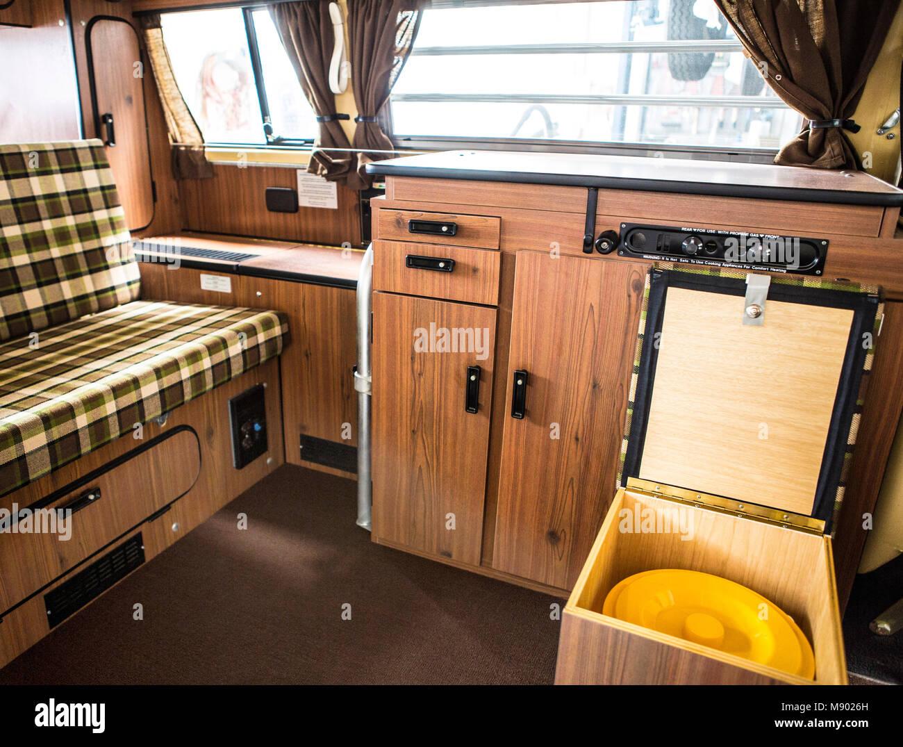 VW Bus T2 Westfalia Berlin Bulli mit originalen 993 Meilen auf dem Tacho. Bulli stand 37 Jahre in der Garage. Stock Photo