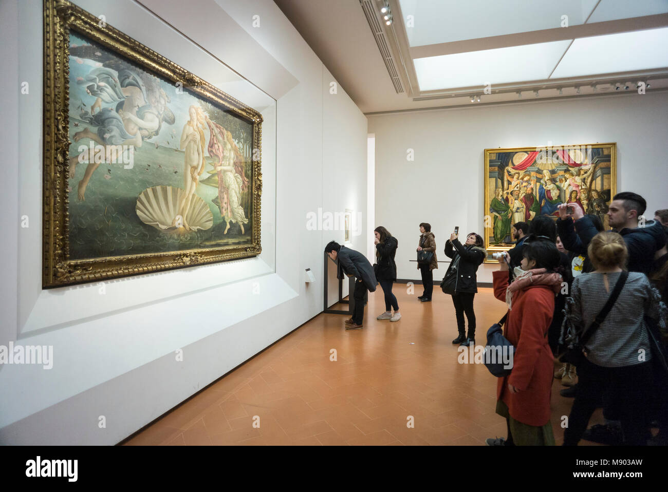 Florence. Italy. Uffizi Gallery. Visitors viewing the Birth of Venus painting by Sandro Botticelli (c. 1484). Galleria - Stock Image