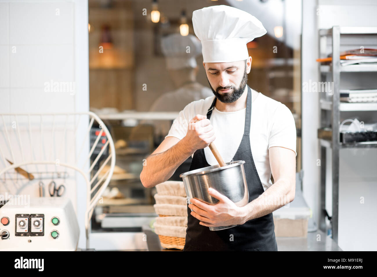 Confectioner working at the bakery - Stock Image
