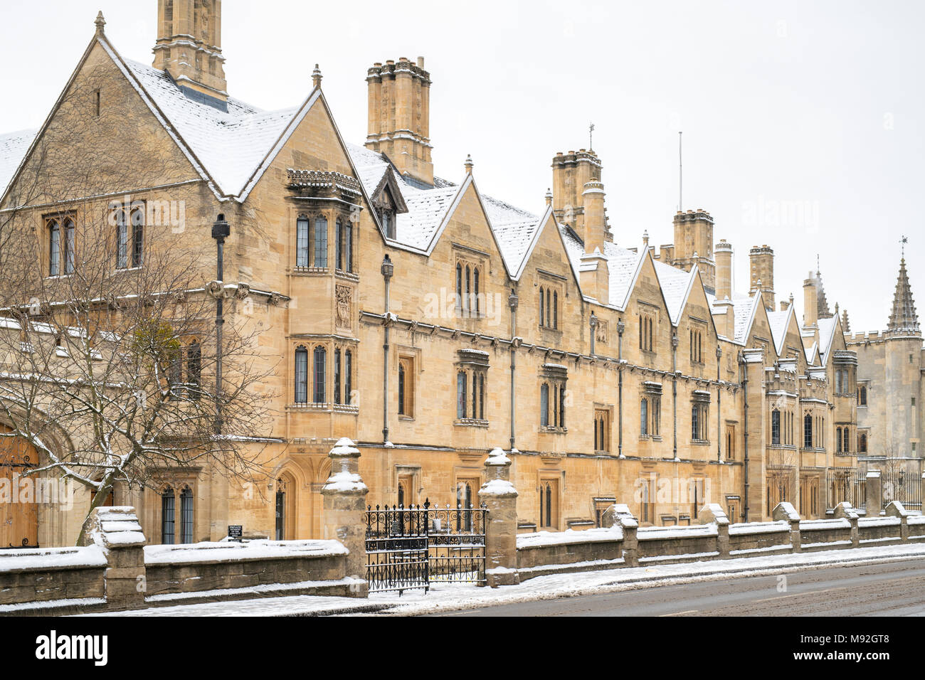 Magdalen College buildings along the high street in the early morning snow. Oxford, Oxfordshire, England - Stock Image