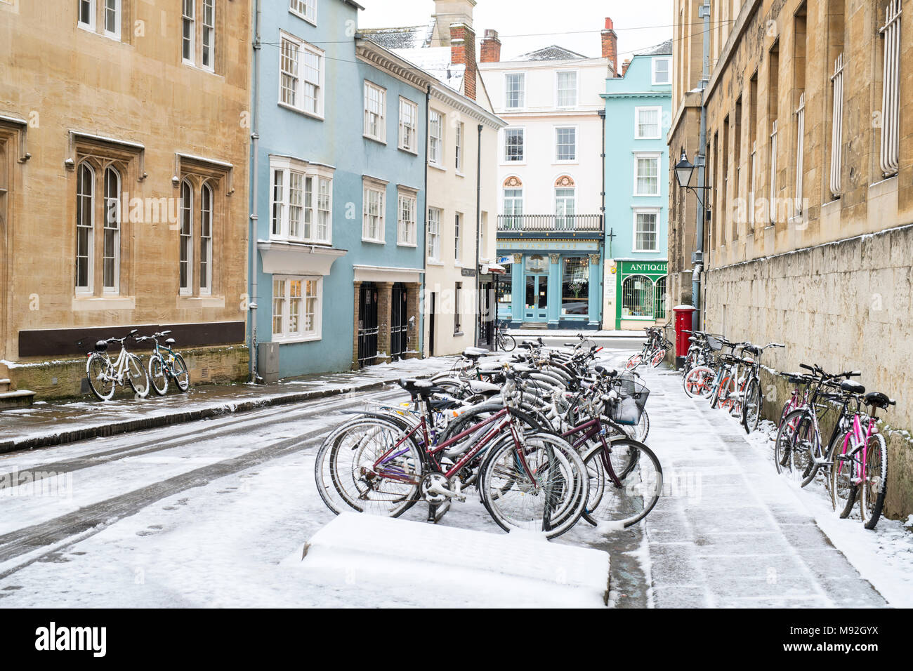 Students bicycles in Queens lane in the early morning snow. Oxford, Oxfordshire, England - Stock Image