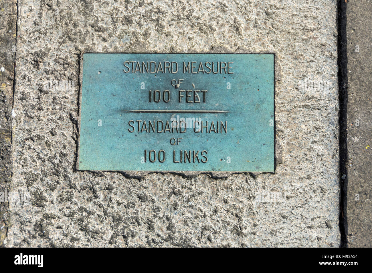 Marker at the start of the Standard Measures gauge, 100 feet and one Standard Chain of 100 links.  St. George's Quarter, Liverpool, England, UK - Stock Image