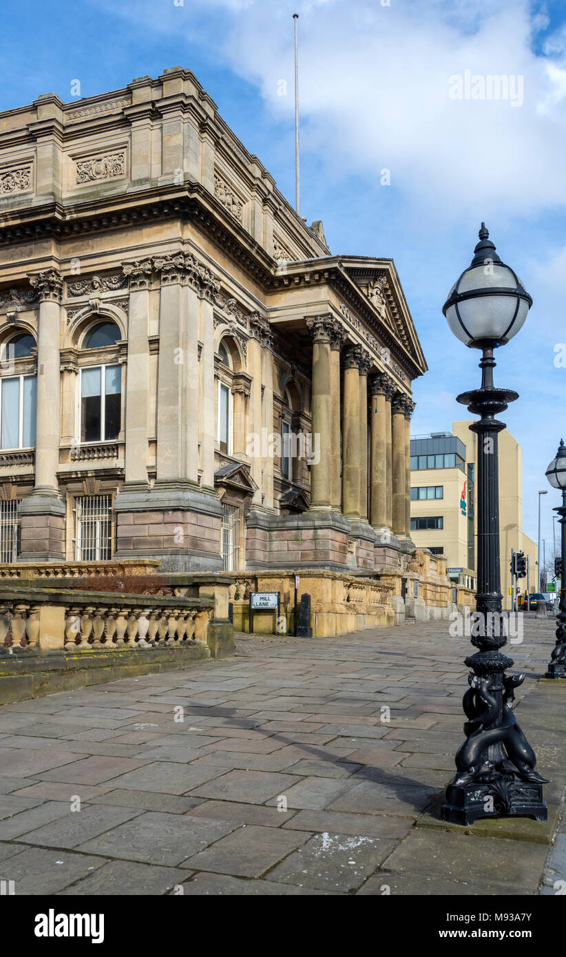 The County Sessions House and vintage street lamp, William Brown Street, Liverpool, England, UK - Stock Image