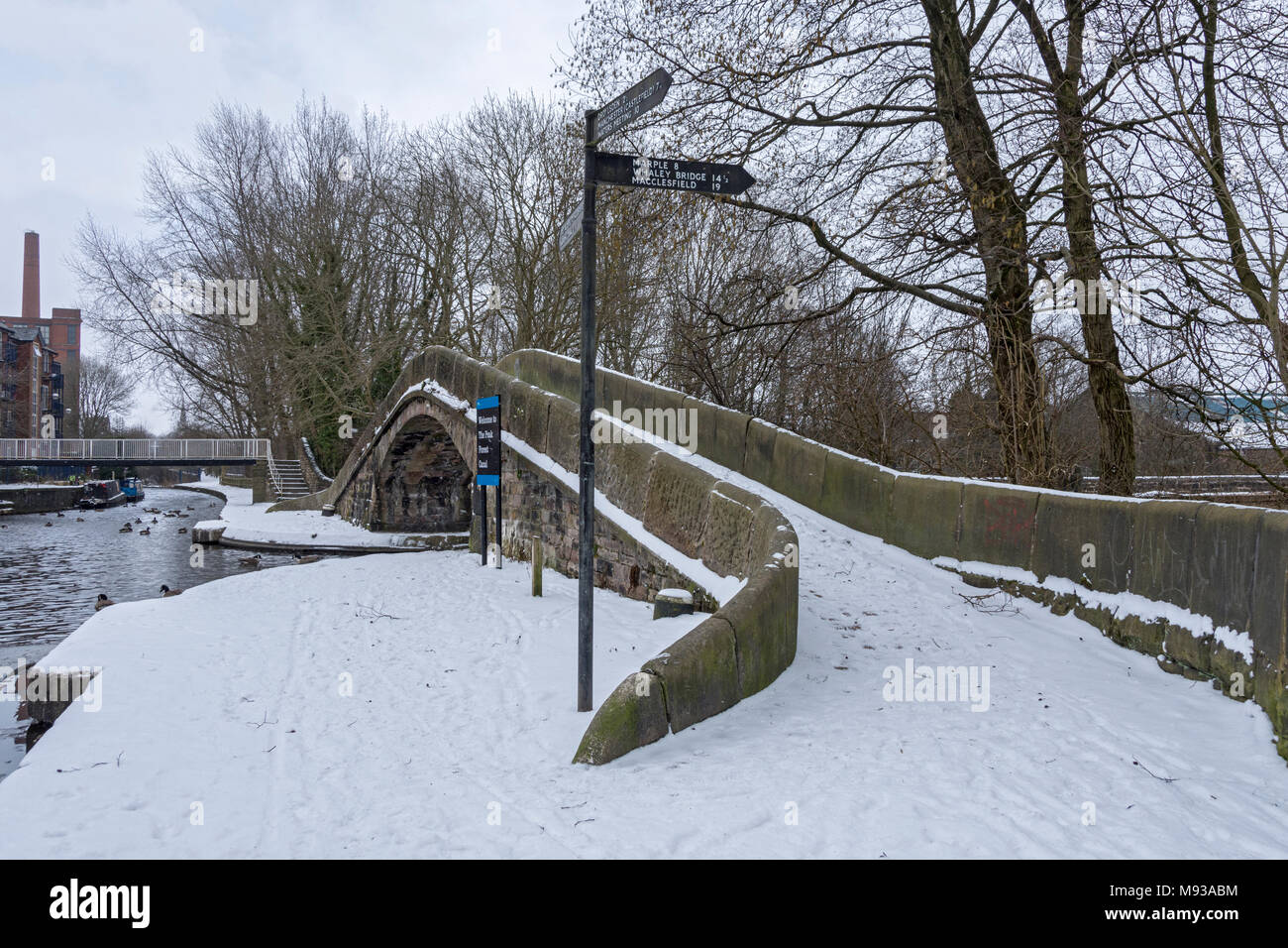 Footbridge over the Peak Forest canal at its junction with the Ashton Canal at Portland Basin, Ashton-under-Lyne, Tameside, Manchester, England, UK - Stock Image