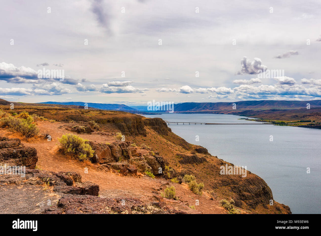 Columbia River Gorge landscape under cloudy skies near Tri-Cities in Washington State - Stock Image