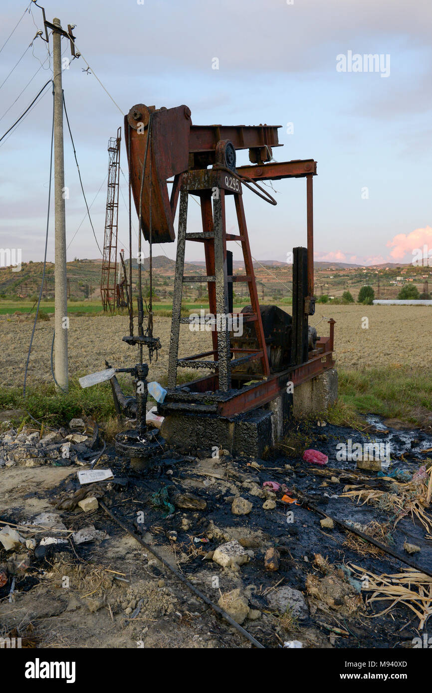 ALBANIA, Fier, crude oil field and drilling pump from communist era, still operating and polluting the environment / ALBANIEN, Fier, Erdoelfoerderung, alte Oelfoerderpumpe - Stock Image