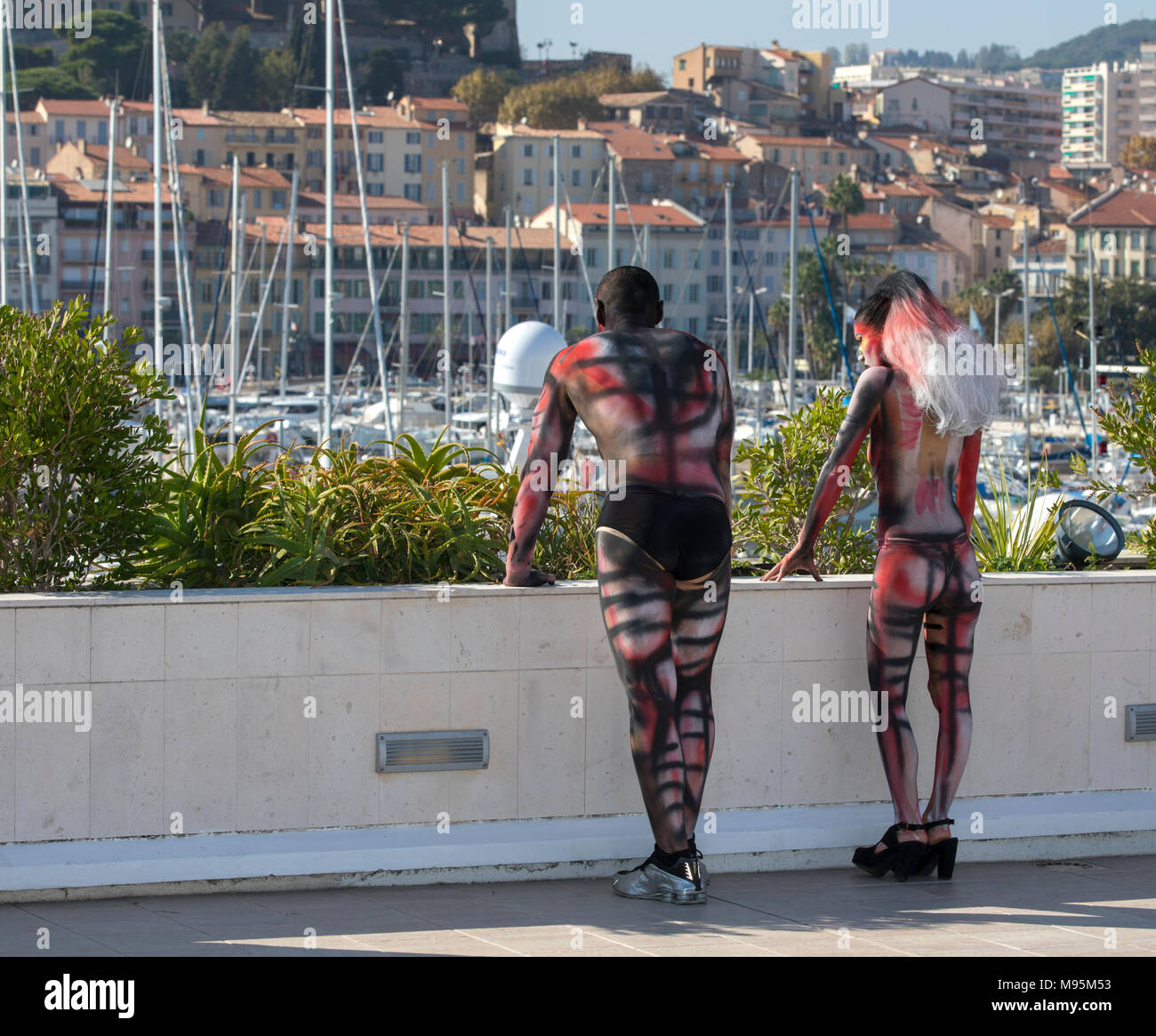 Performing body painting on women and man - Stock Image