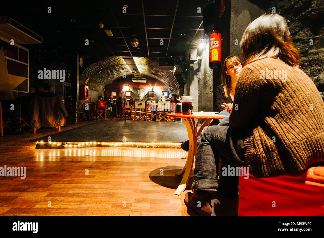 Madrid, Spain : Two young female backpackers at the cellar bar of Cat´s Hostel in Calle Cañizares, 6. - Stock Image