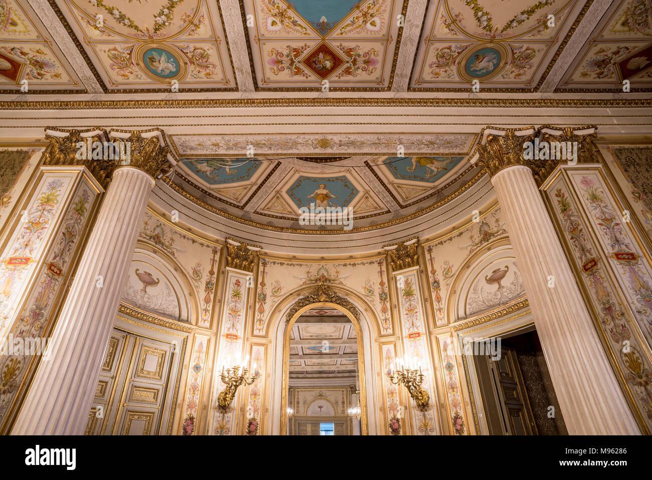 Stadtschloss, Musiksaal, Das ehemalige Stadtschloss der Herzöge von Nassau.  Seit 1946 befindet sich hier der Sitz des Hessischen Landesparlaments. - Stock Image