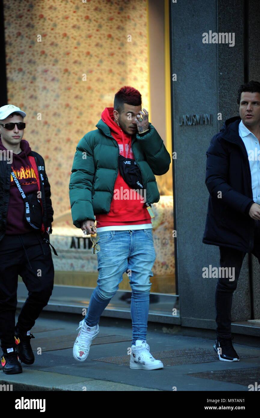 nuovo di zecca 9fbbf 81ae7 Milan, Sfera Ebbasta walks in the center The famous rapper ...