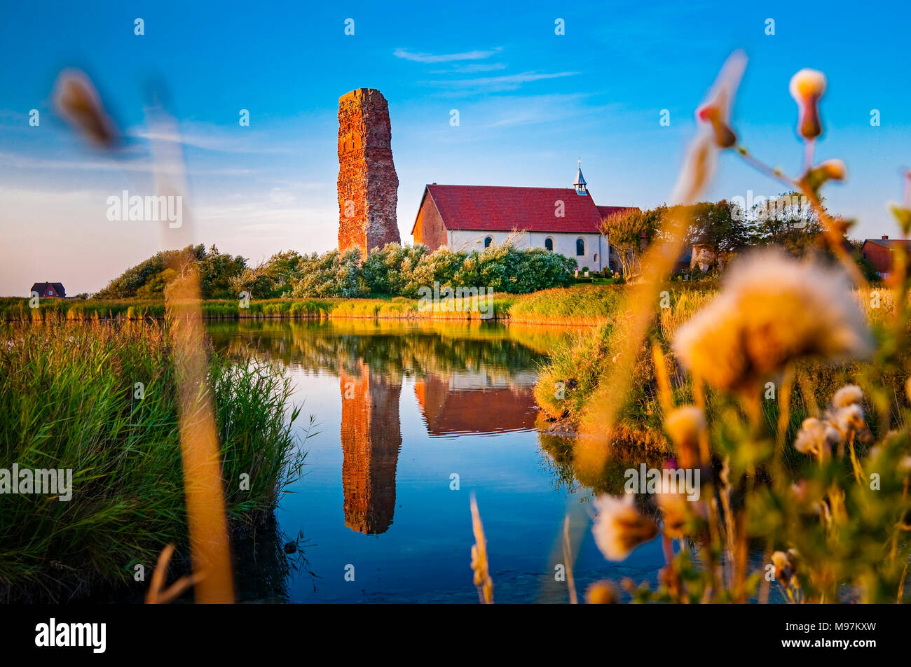 Deutschland, Schleswig-Holstein, Pellworm, Inselkirche St.Salvator, Turmruine - Stock Image