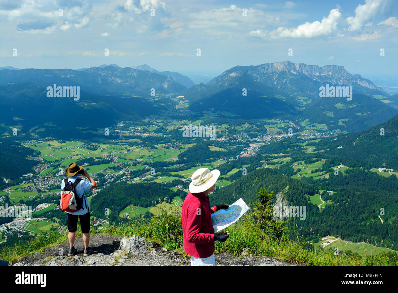 Mountain landscape, travelers with map - Stock Image