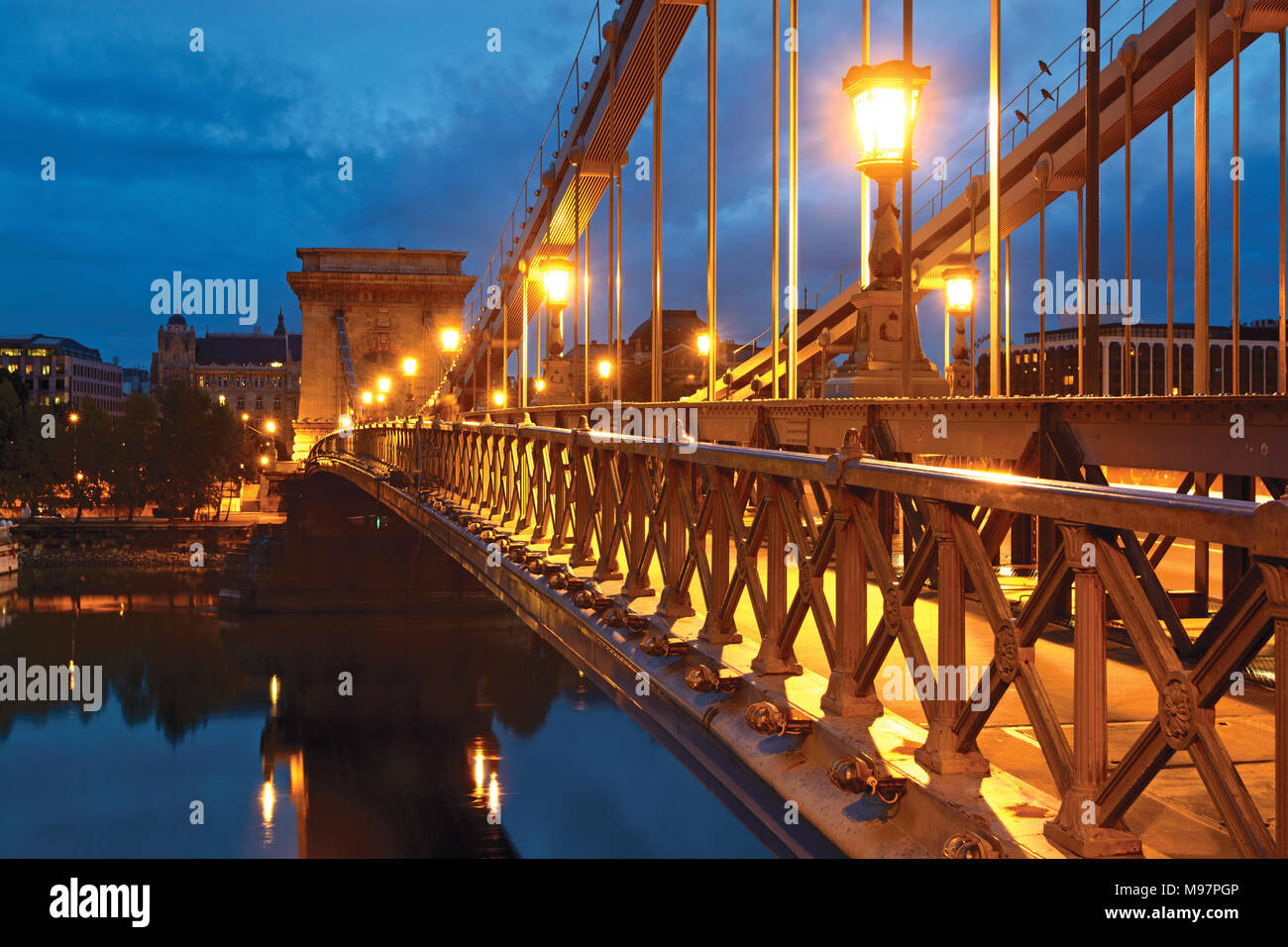Chain bridge in Budapest at night, sidewalk Stock Photo
