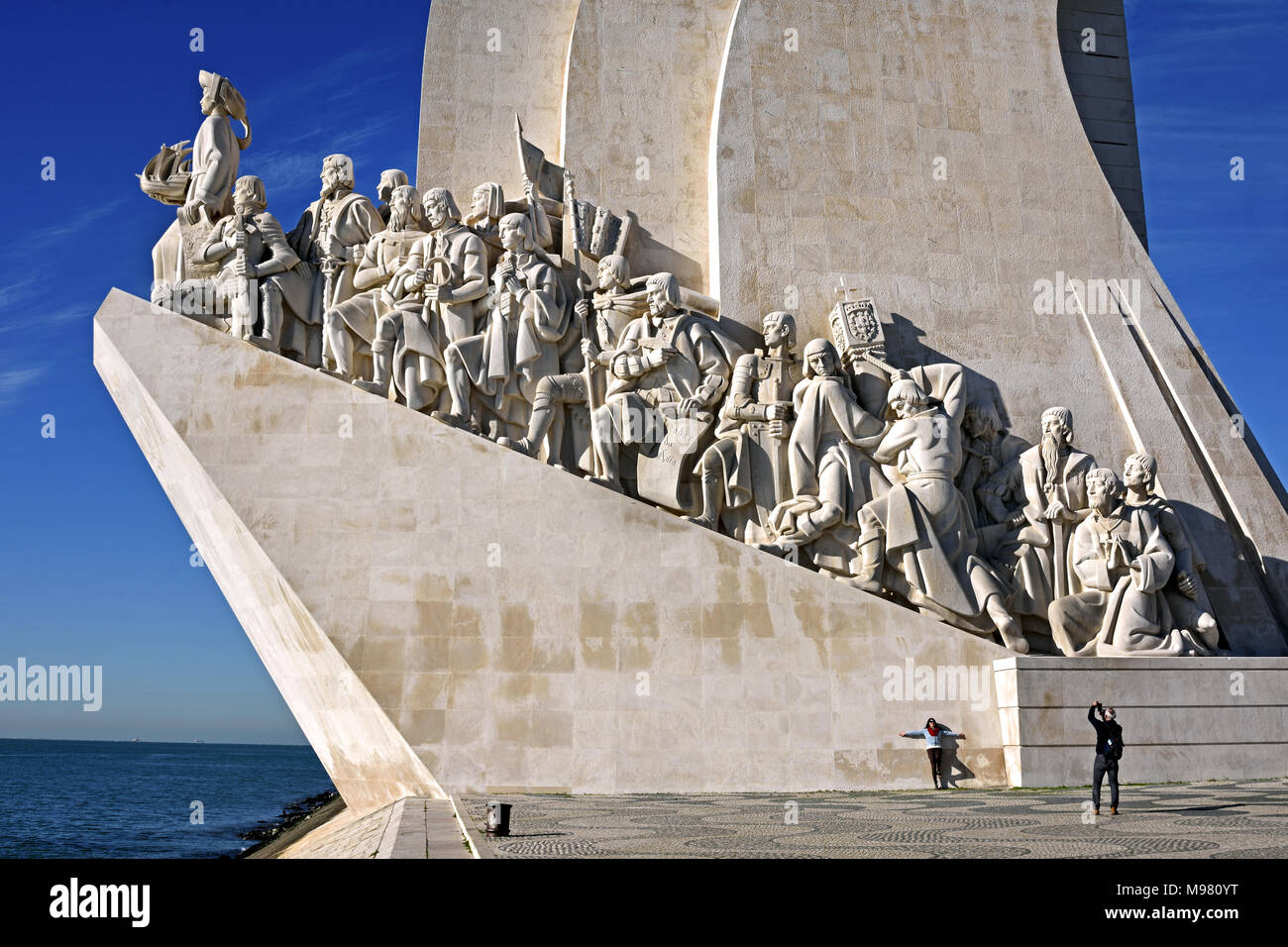 Padrão dos Descobrimentos - Monument of the Discoveries on the northern bank of the Tagus River estuary, parish of Santa Maria de Belém, Lisbon. Located along the river where ships departed to explore and trade with India and Orient, the monument celebrates the Portuguese Age of Discovery (or Age of Exploration) during the 15th and 16th centuries. Portugal ( Vasco da Gama 1460 - 1524 Portuguese explorer and the first European to reach India by sea.) Stock Photo