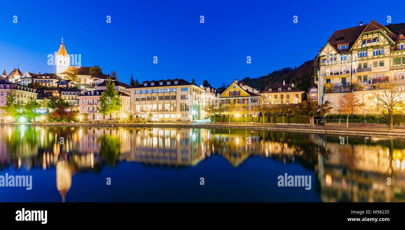 Schweiz, Kanton Bern, Berner Oberland, Thun, Fluss Aare, Altstadt, Aarequai, Stadtkirche - Stock Image