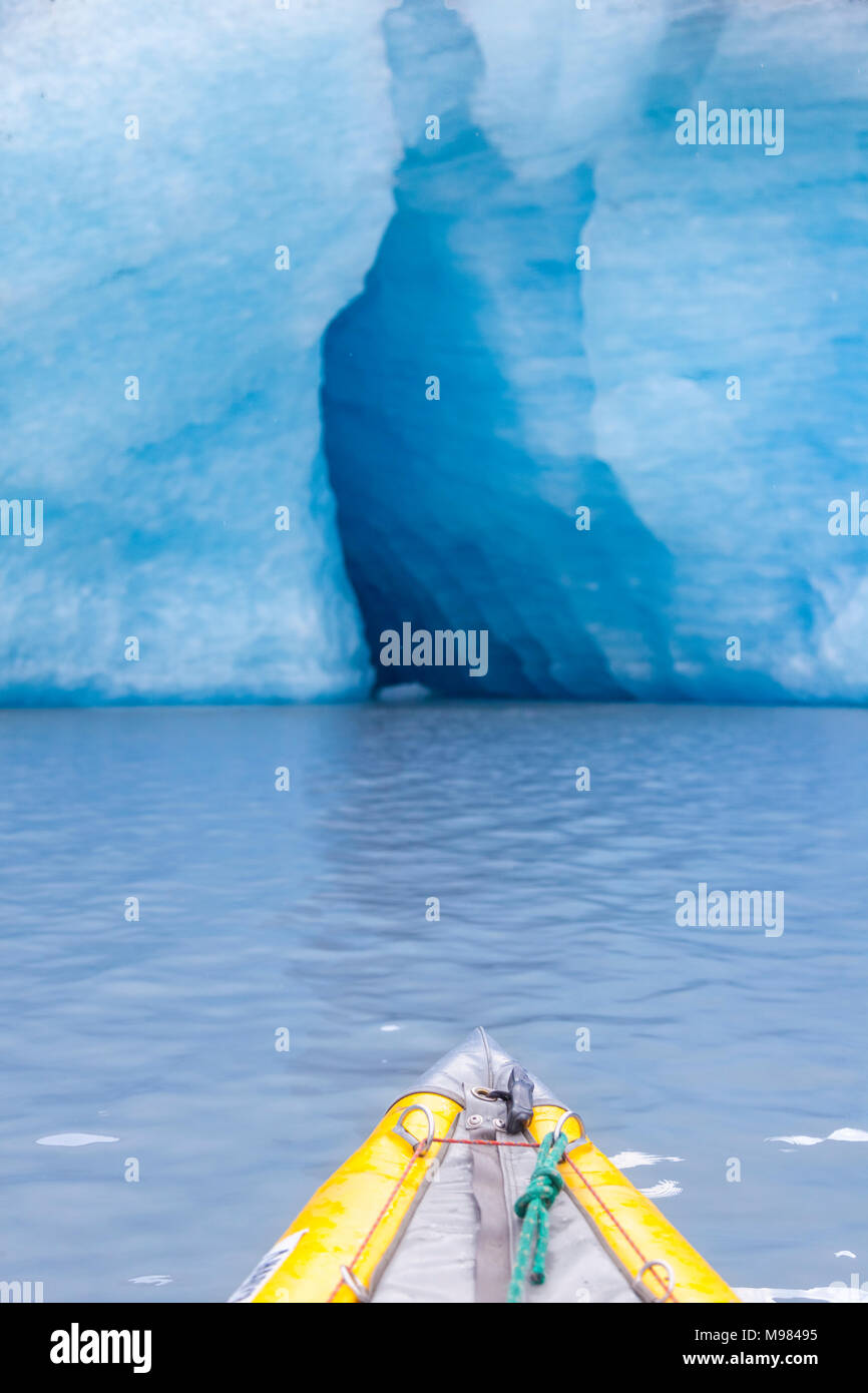 USA, Alaska, Valdez-Glacier, kajak in front of ice cave - Stock Image
