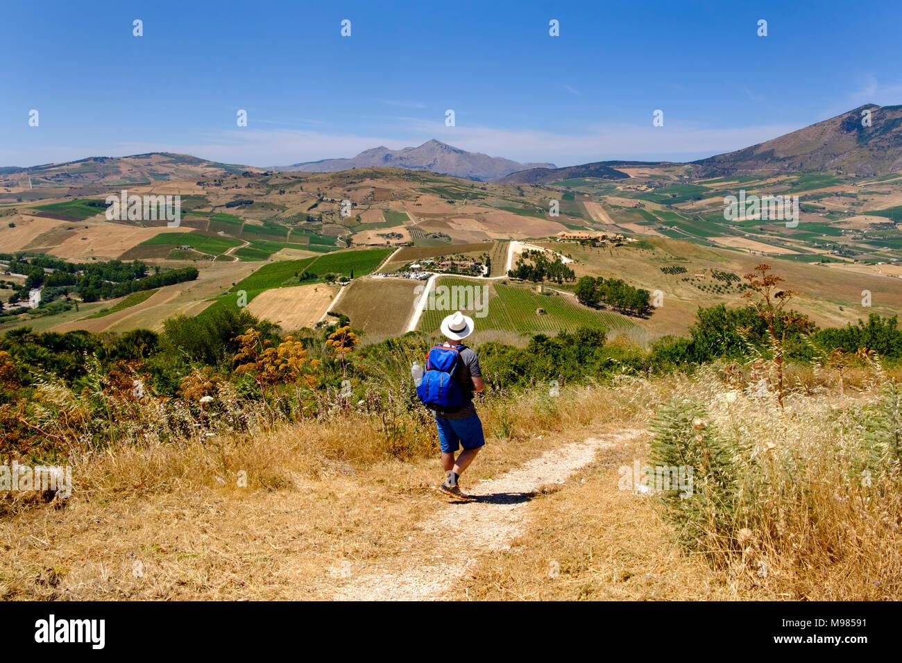 Wanderer an der griechische Tempelanlage Segesta, Provinz Trapani, Sizilien, Italien - Stock Image