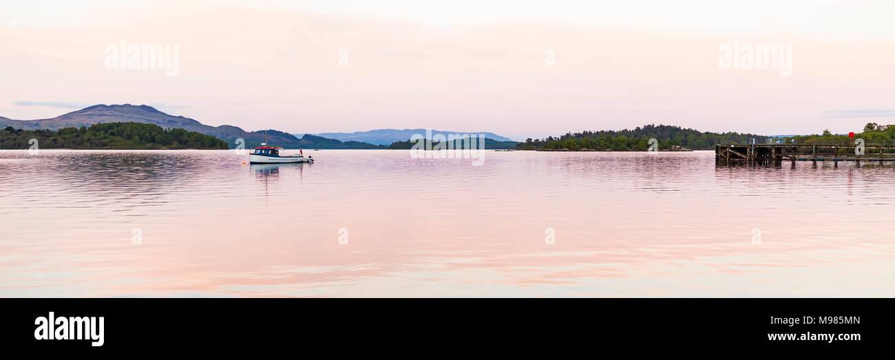 Schottland, Nationalpark Loch Lomond and the Trossachs, Loch Lomond, Luss, See, Fischerboot, Anlegesteg - Stock Image