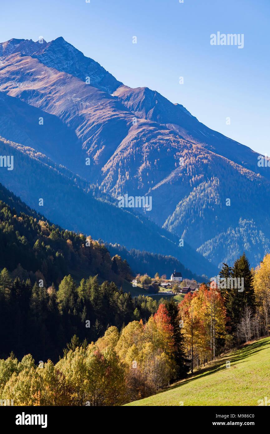 Schweiz, Kanton Wallis, Goms, Blick nach Mühlebach, Kapelle der Heiligen Familie, Wald, Herbst, Herbstbäume - Stock Image