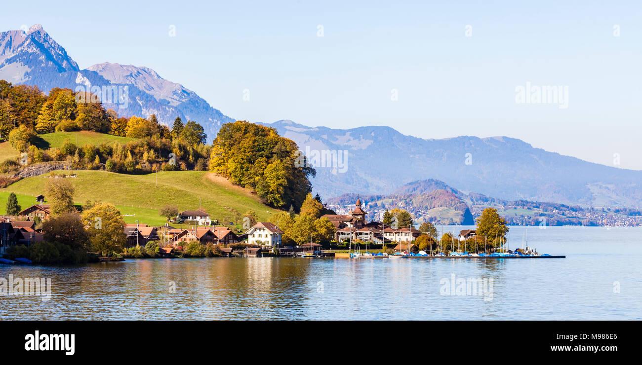 Schweiz, Kanton Bern, Berner Oberland, Schweizer Alpen, Thunersee, Därligen, Boote, Herbst - Stock Image