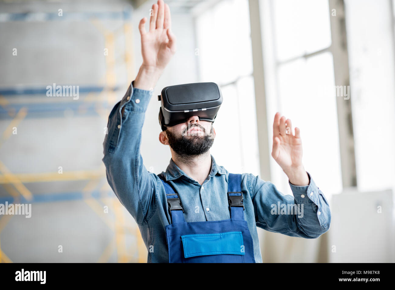 Builder working with VR glasses - Stock Image