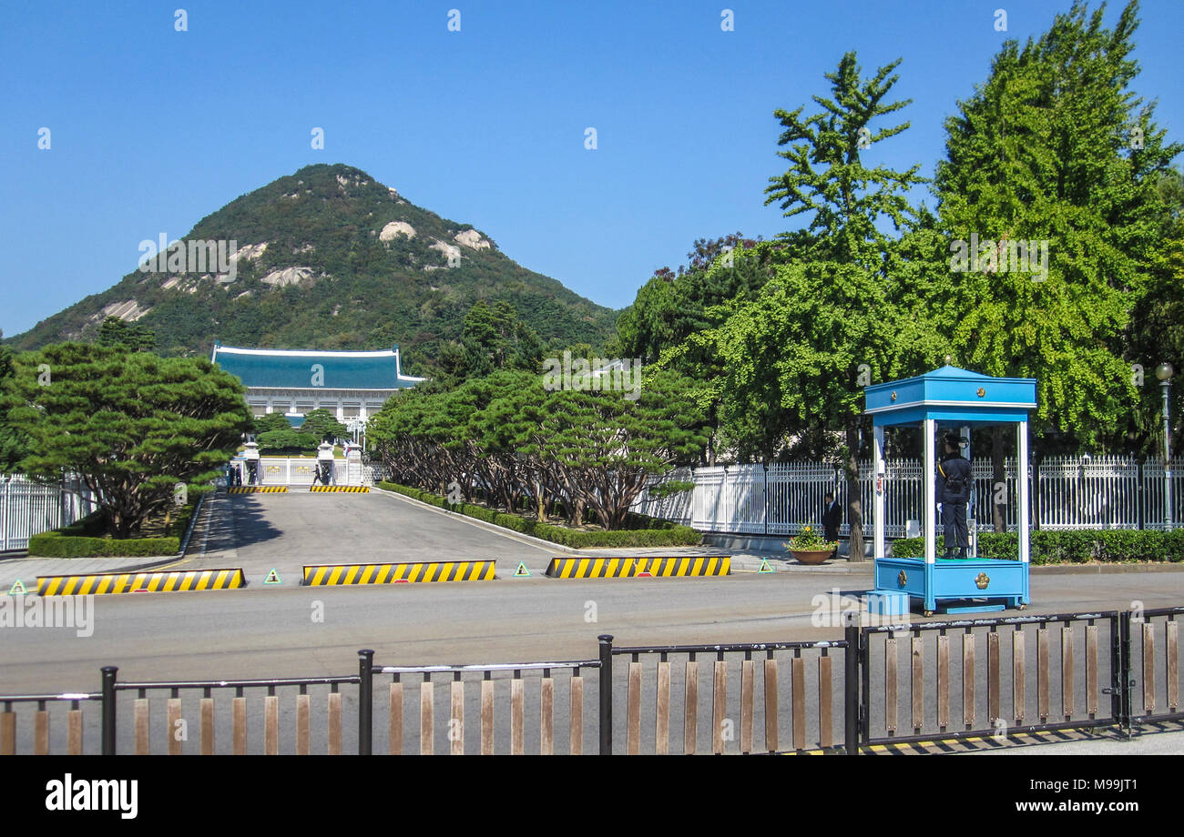 Seoul, South Korea. October 2012: Police guard the entrance and orders the traffic near the President's residence also known as the Blue House Stock Photo