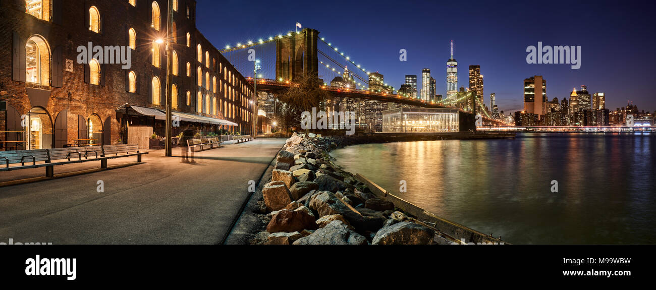 Main Street Park waterfront in evening with view of skyscrapers of Lower Manhattan and the Brooklyn Bridge. Brooklyn, Manhattan, New York City - Stock Image