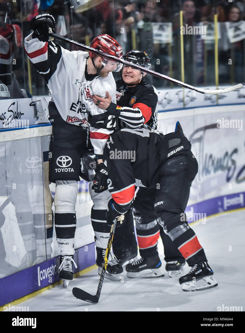Germany, NŸrnberg, Arena NŸrnberger Versicherung, 23.03.2018, Eishockey - DEL Playoffs Viertelfinale, Spiel 5 - Thomas Sabo Ice Tigers vs. Kšlner Haie - Image: (From L-R)  Pascal Zerressen (Kšlner Haie, #27) and Yasin Ehliz (Ice Tigers, #42) getting off-setting penalties for roughing after the whistle.   Foto: HMB Media/Ryan Credit: Ryan Evans/Alamy Live News - Stock Image